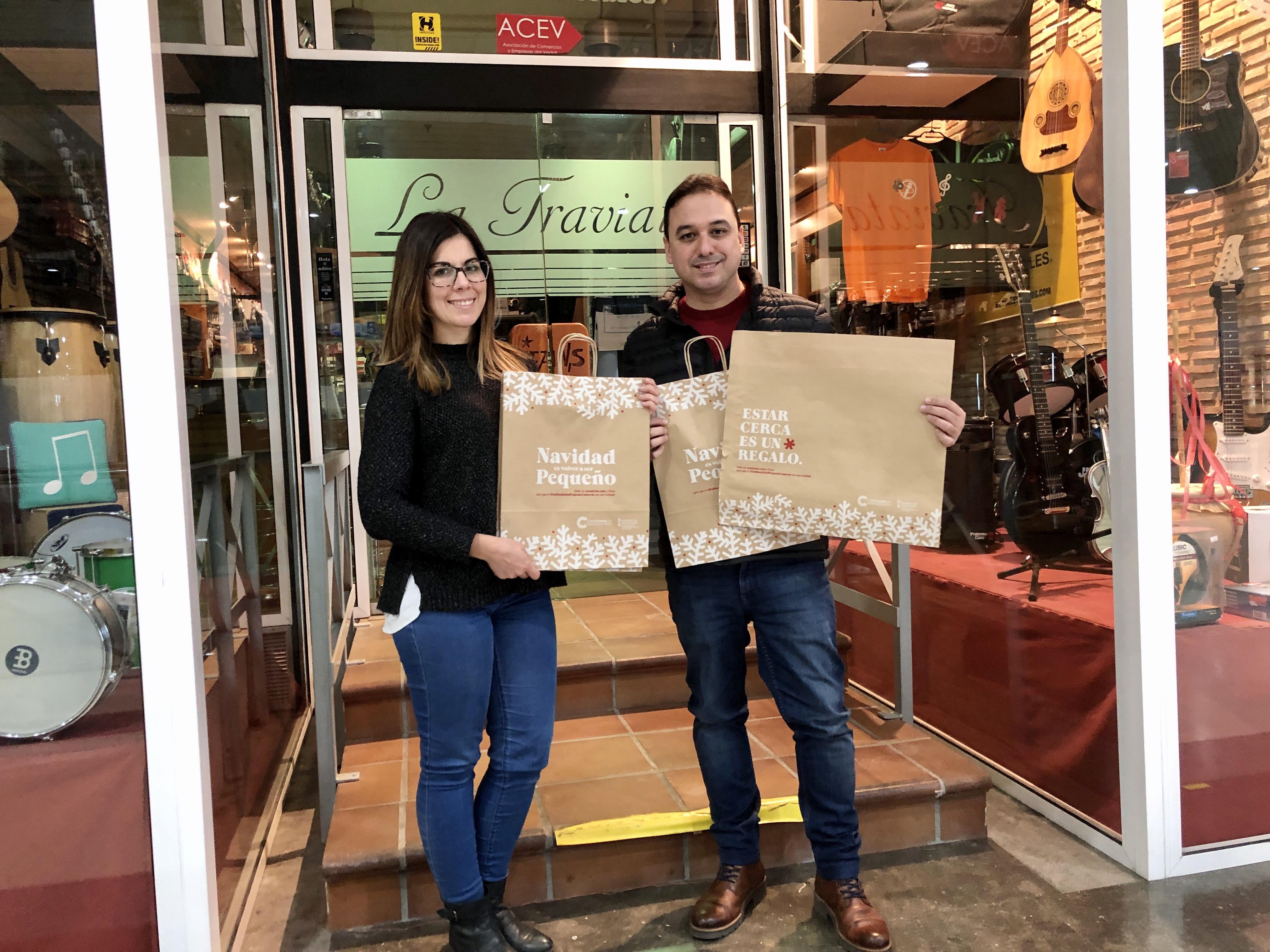 Estar Cerca es un Regalo. Éxito de la campaña de Navidad de ACST con miles de Bolsas repartidas entre los comercios de Torrent!!